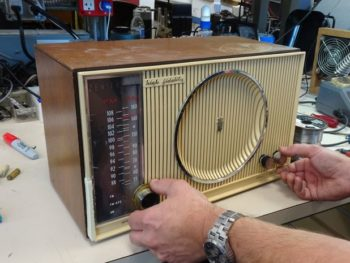 Seth Arp Restores A Zenith H-845 AM-FM Tabletop – By Thomas Bonomo K6AD